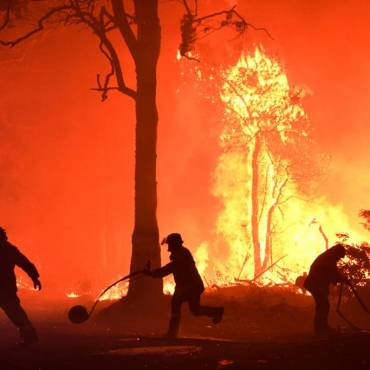 Wildfire in Oregon forces 2,000 to evacuate as US West blazes